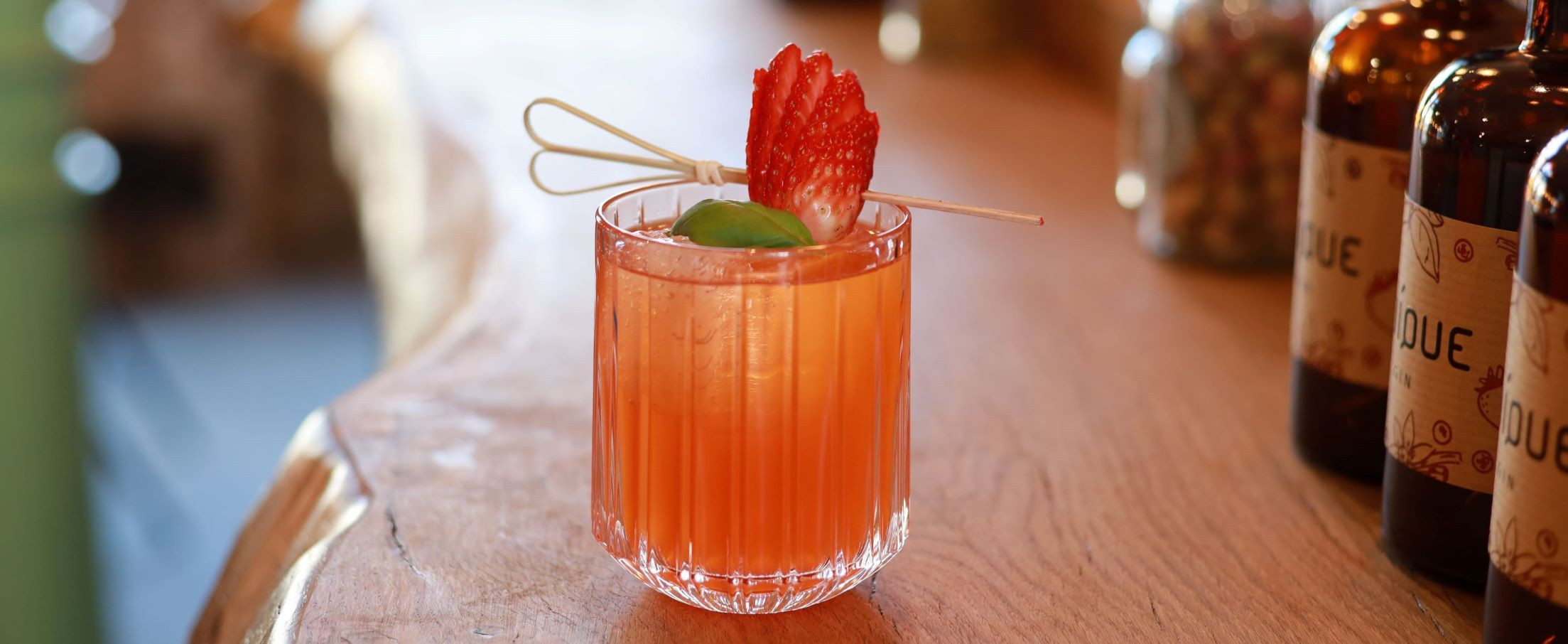 Strawberry Basil Smash mit UNIQUE GIN